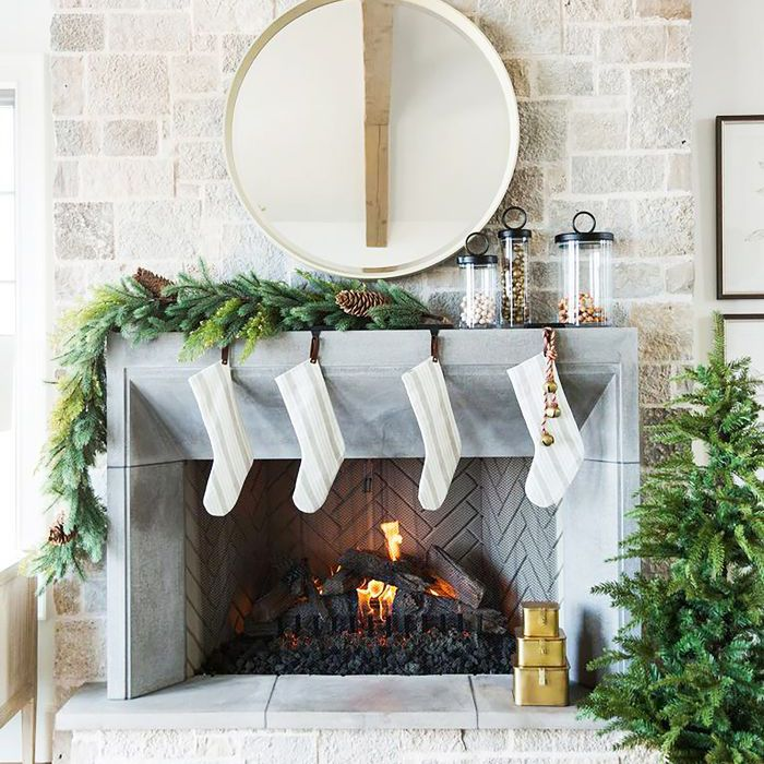 How To Decorate A Mantel For Christmas.5 Stylish Holiday Mantel Decor Ideas