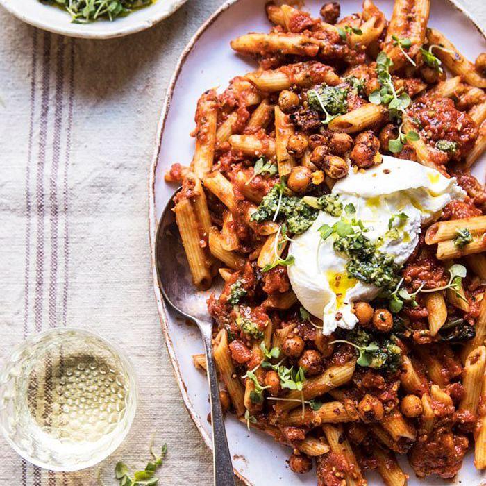 Penne de tomate y albahaca con garbanzos italianos picantes