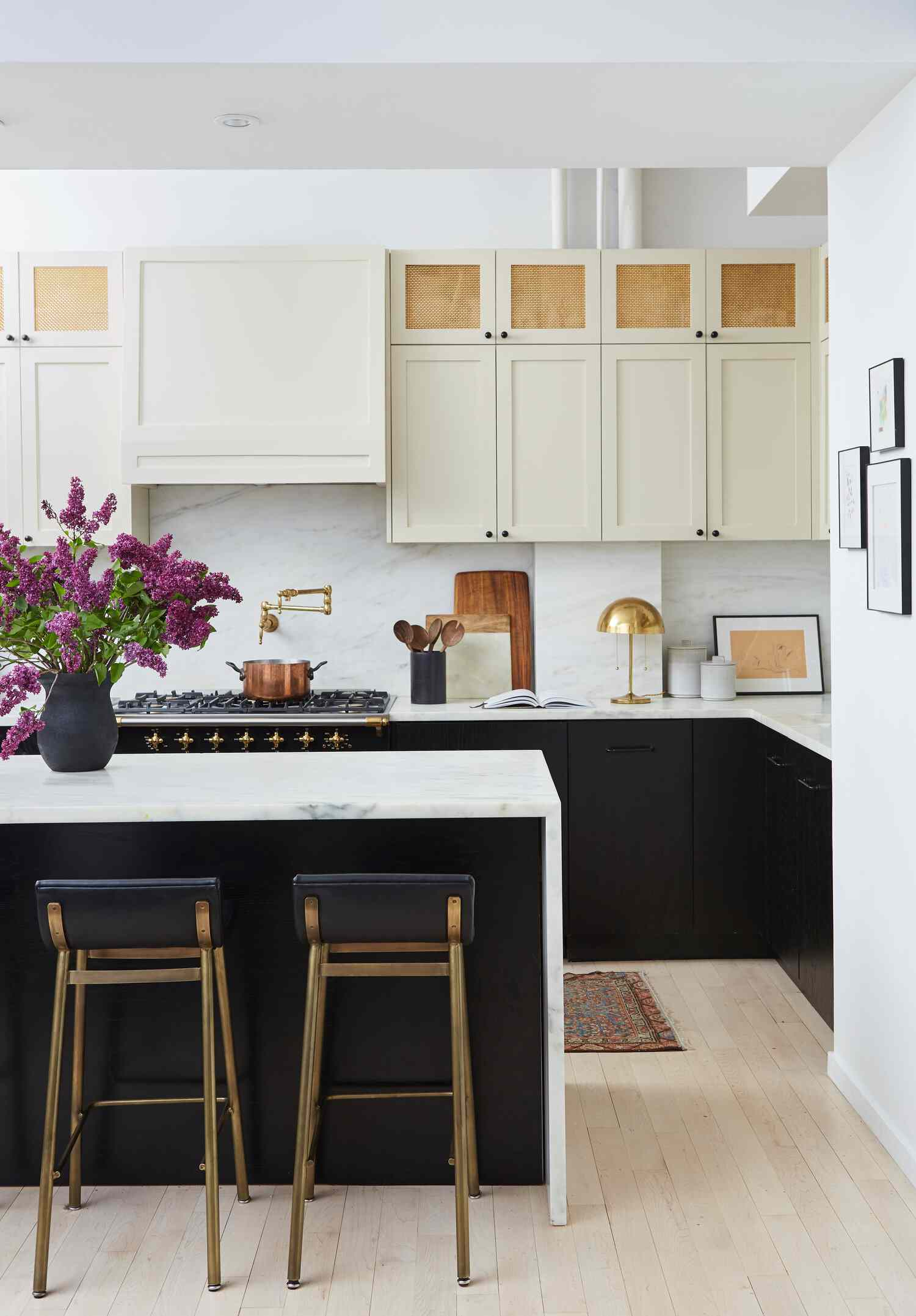 best kitchen ideas - black and cream kitchen with homey touches