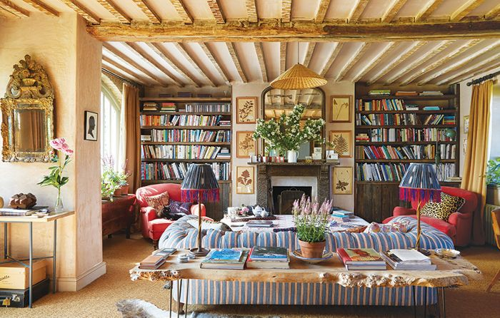 Sala de estar con decoración de campo inglés