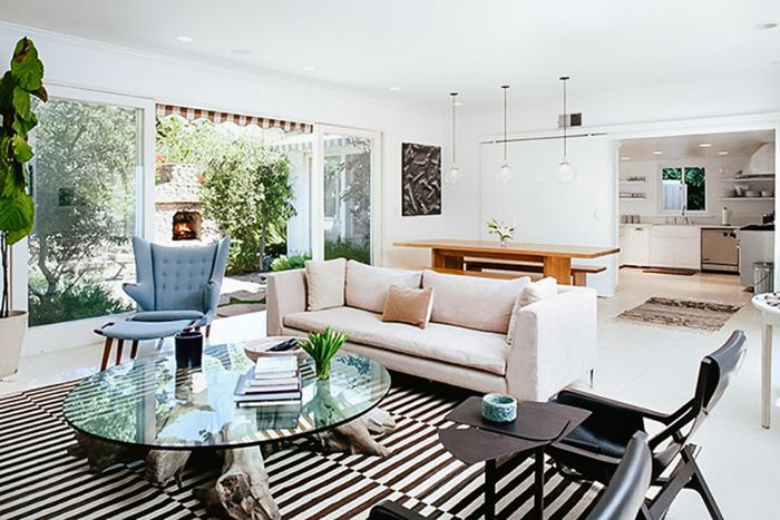 Calm living room with curved lines and soft furniture
