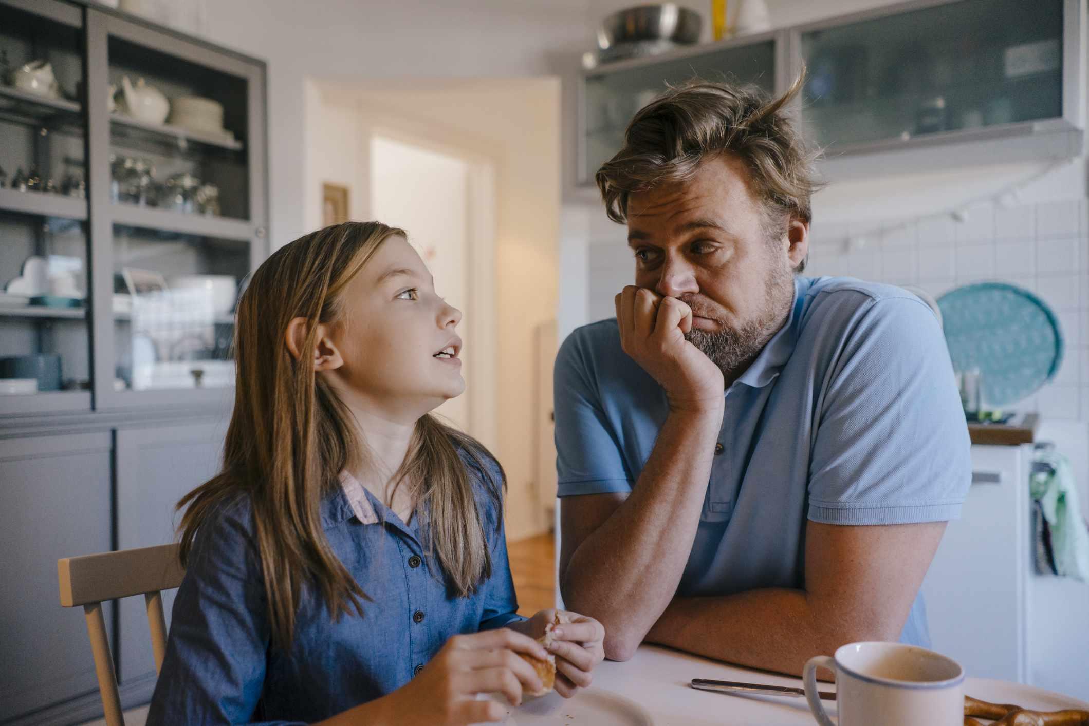papá hablando con la hija sobre el divorcio