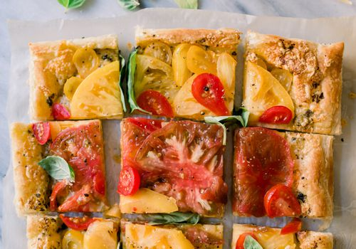 Tarta de tomate con queso cheddar y pesto