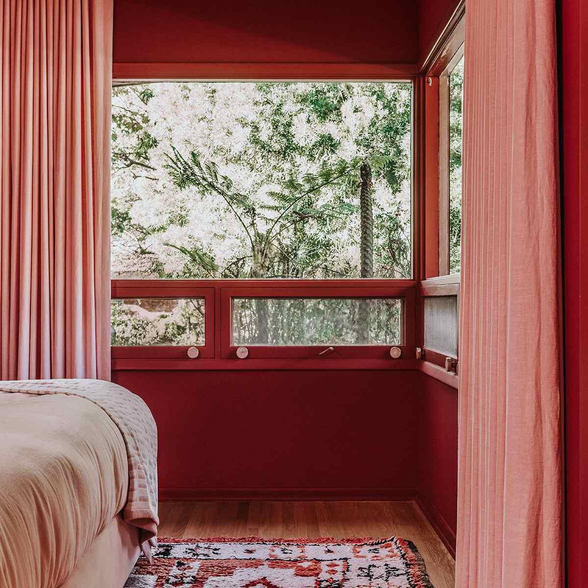 Dormitorio rojo brillante: diseño de mediados de siglo