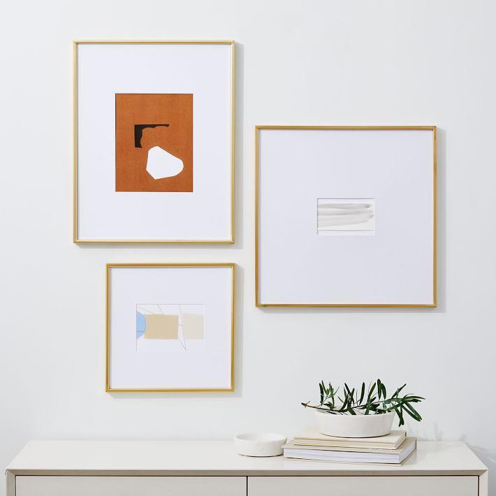 Tres piezas de arte colgando al estilo de una galería.