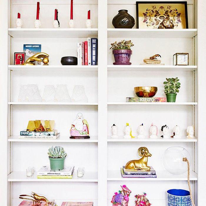 como decorar un estante de libros