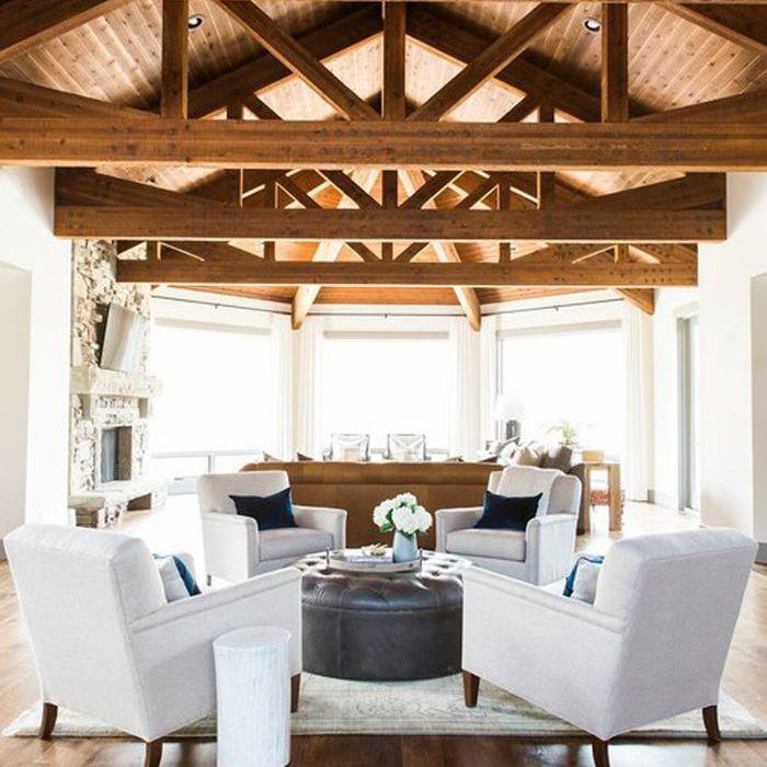Sala de estar con techos con vigas de madera