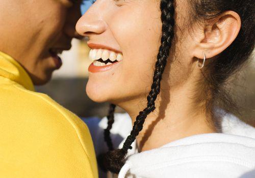 una pareja abrazándose y sonriendo