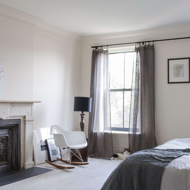 dormitorio neutral con arte inclinado