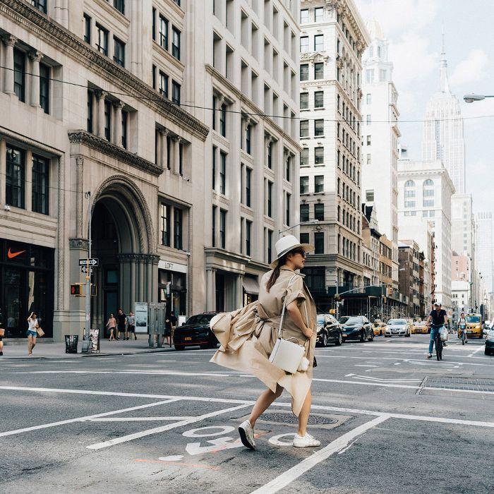 Una mujer caminando por la calle en Nueva York