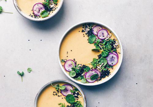 Sopa de coliflor asada adaptogénica que estimula la inmunidad