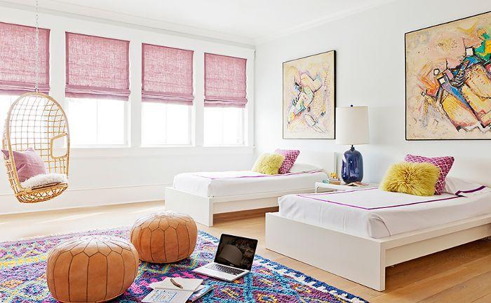 La habitación de los niños, que cuenta con múltiples ventanas y obras de arte en las paredes, está decorada con telas que ocultan la suciedad.