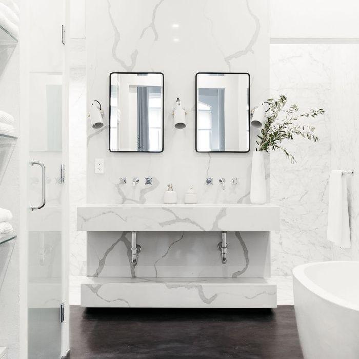Visita a casa en blanco y negro: baño principal