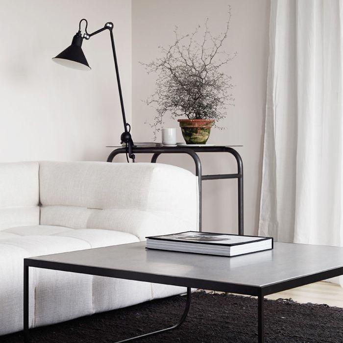 Pequeña sala de estar minimalista con muebles en blanco y negro