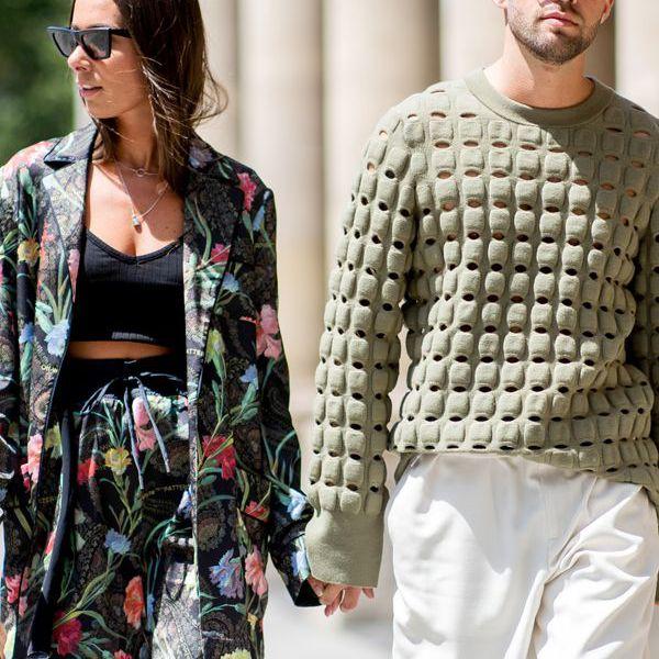 una pareja caminando de la mano