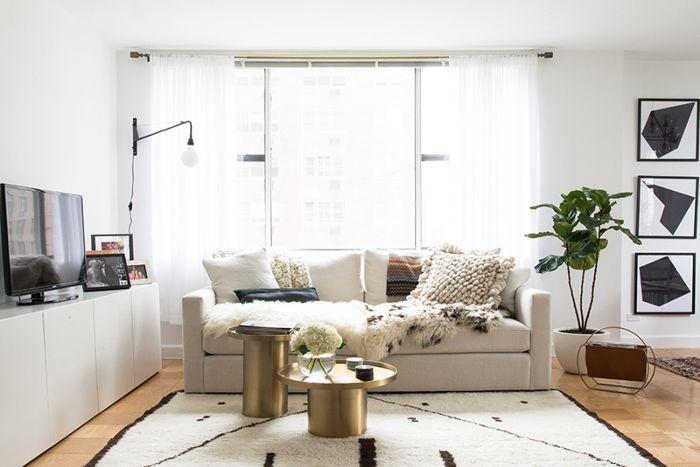 sala de estar de espacio pequeño con muebles claros y arte negro