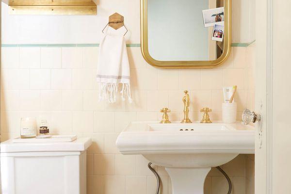 retro bathroom with pedestal sink