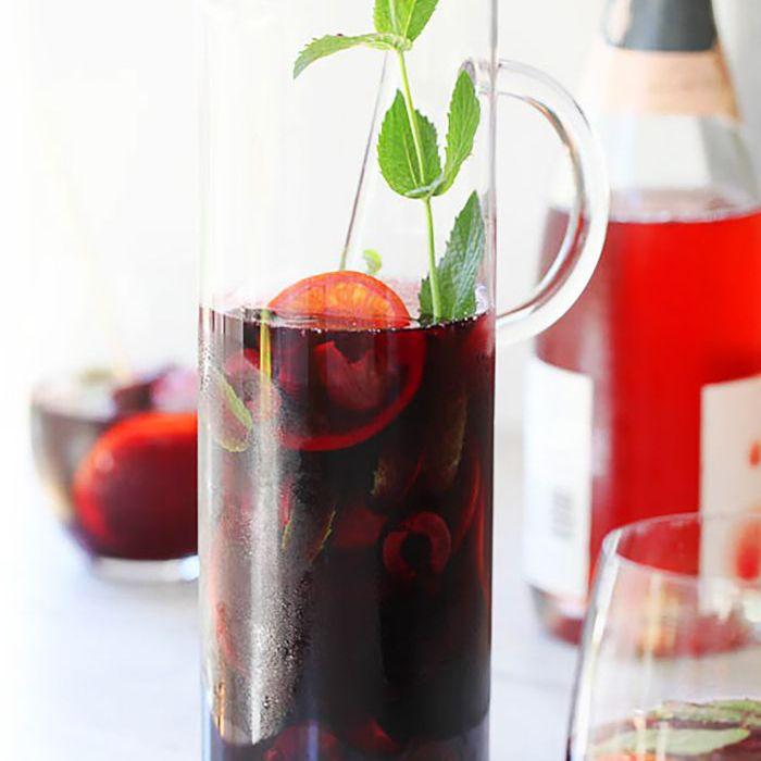 Cherry Sangria por el blog de Foodie Crush