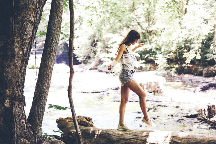 una mujer caminando por un arroyo