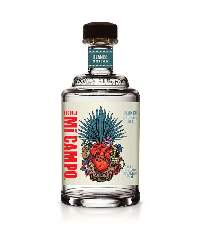 Una botella clara de tequila con una etiqueta con una ilustración de agave.