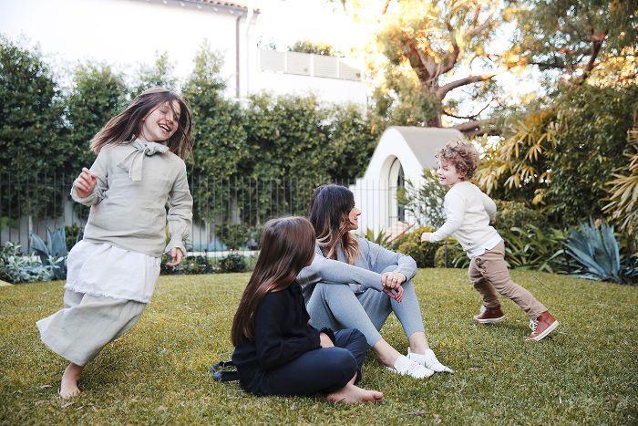 mamá y niños jugando en el patio trasero