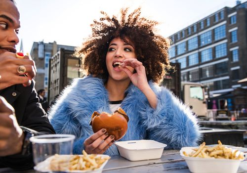 do's and don'ts of a new relationship - couple eating burgers