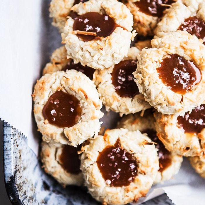 Galletas de coco con huella digital y caramelo salado: cosas para hornear cuando estás aburrido