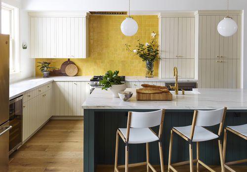 cocina con placa para salpicaduras de azulejos amarillos