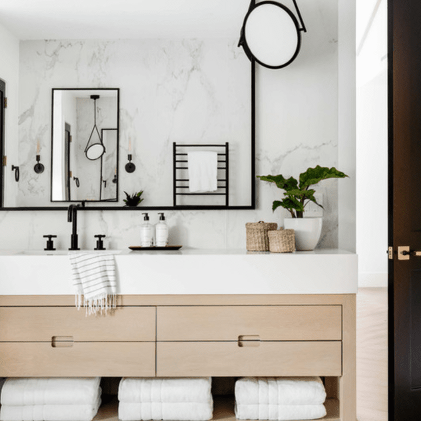 A bathroom lined with ceiling-to-floor marble