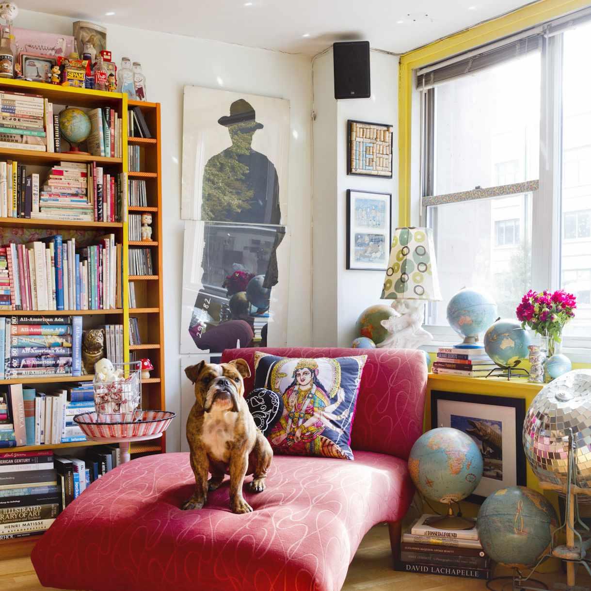 sala de estar maximalista con diván rojo