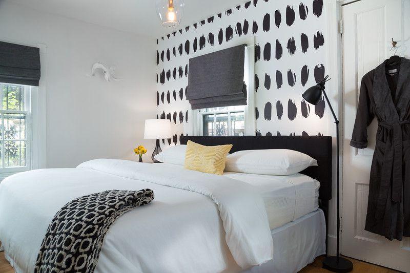 dormitorio con pared decorativa y motivo en blanco y negro