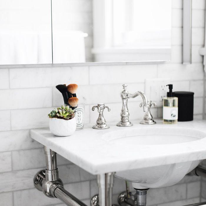 baño pequeño: The Everygirl Home Tour