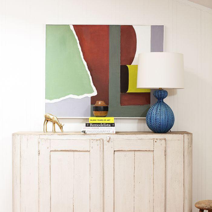 un gabinete con una lámpara azul