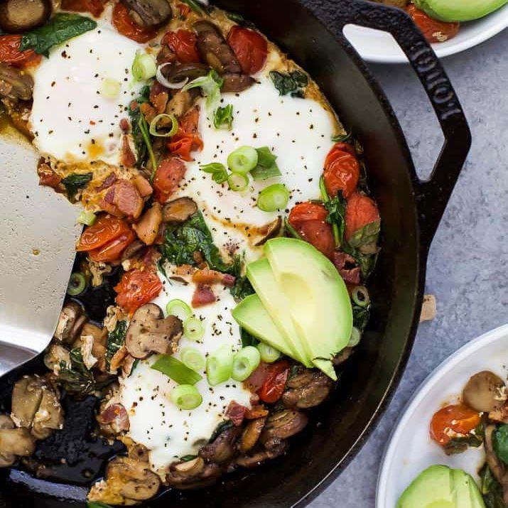 sartén de desayuno con espinacas y champiñones