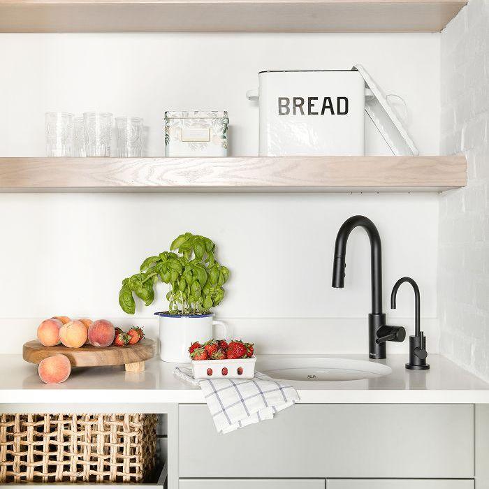 estantes abiertos en la cocina