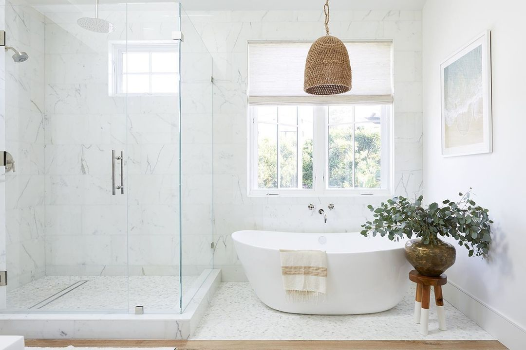 Bathroom with a wicker pendant