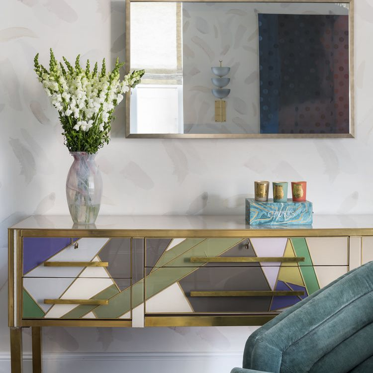 sala de estar con credenza colorida