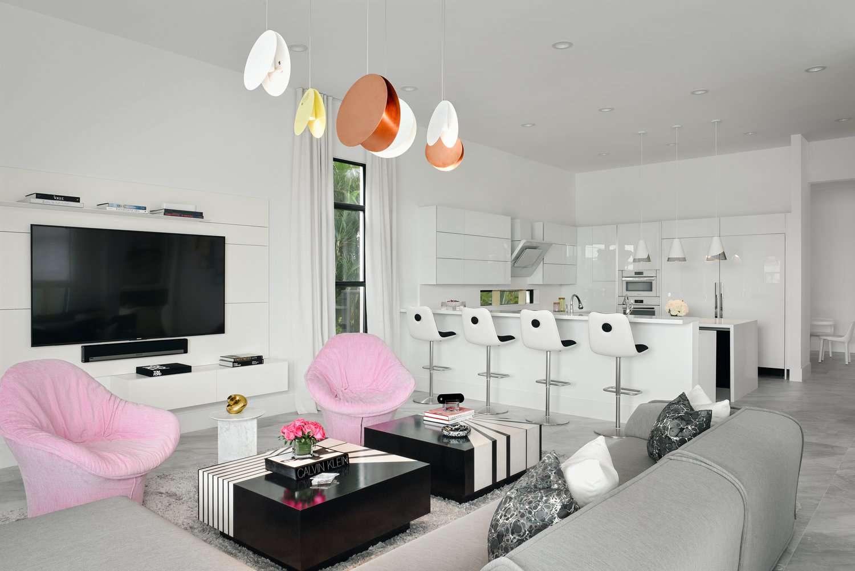 sala de estar con sillas rosas