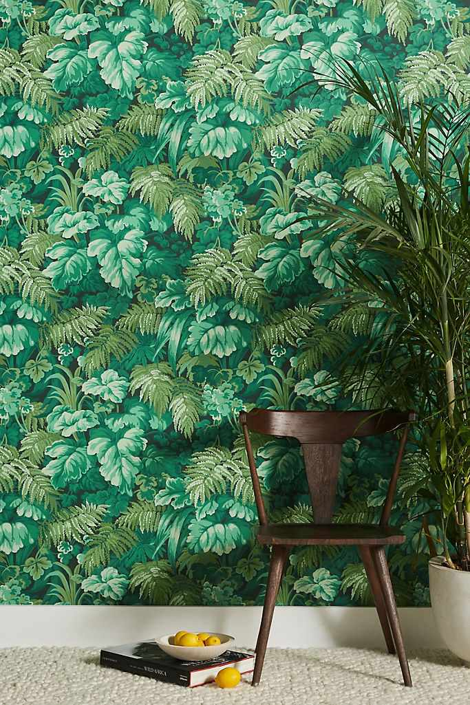 Wallpaper covered in realistic-looking green leaves