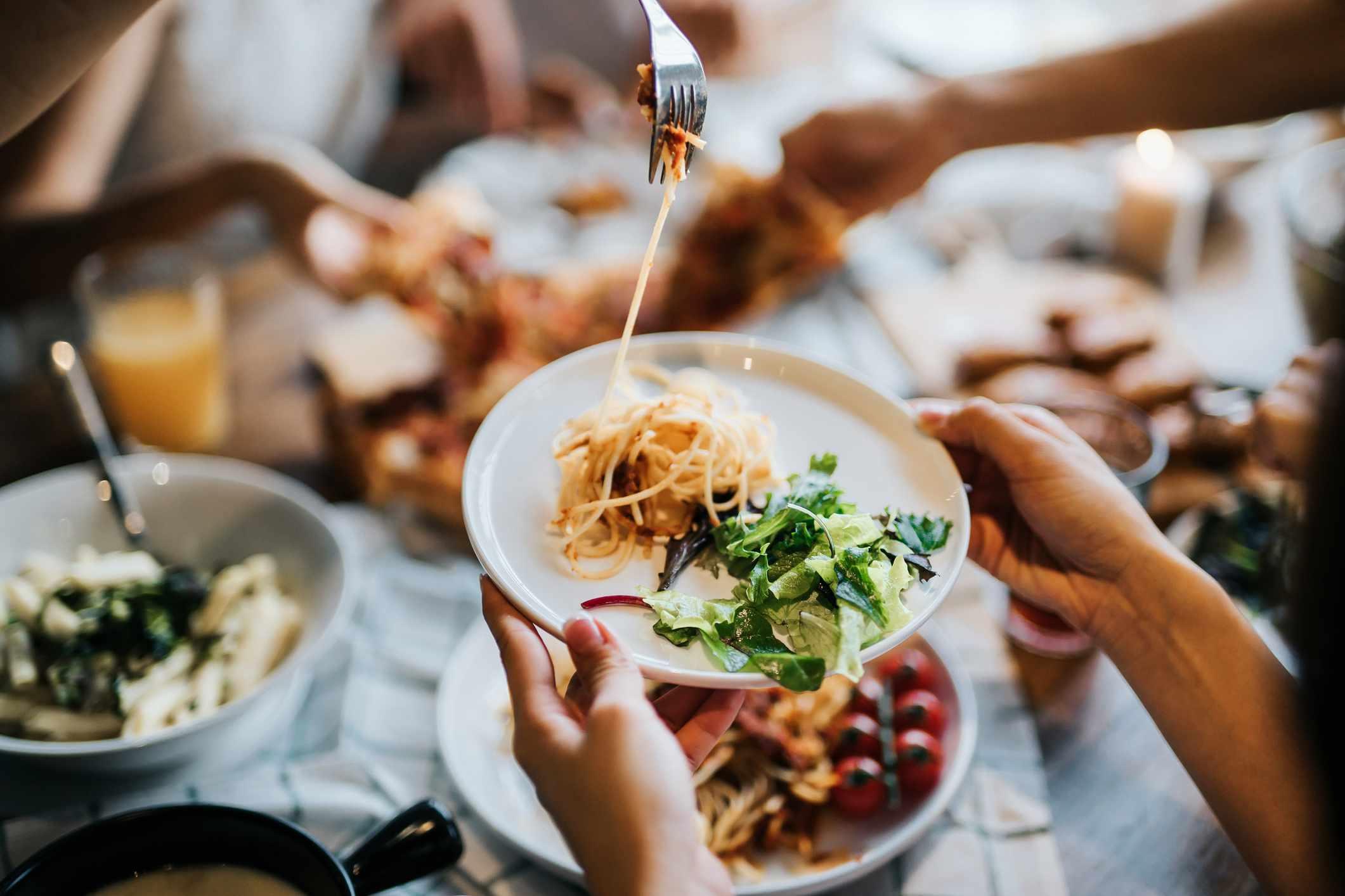 Plato de espaguetis y ensalada