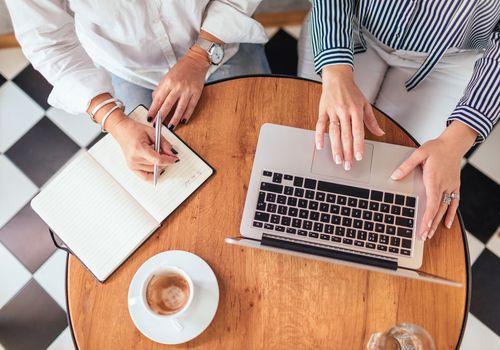 dos mujeres trabajando en un cafe