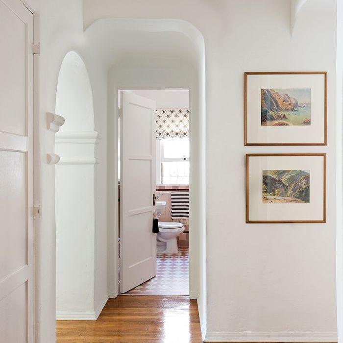 entrada completamente blanca con alfombra azul
