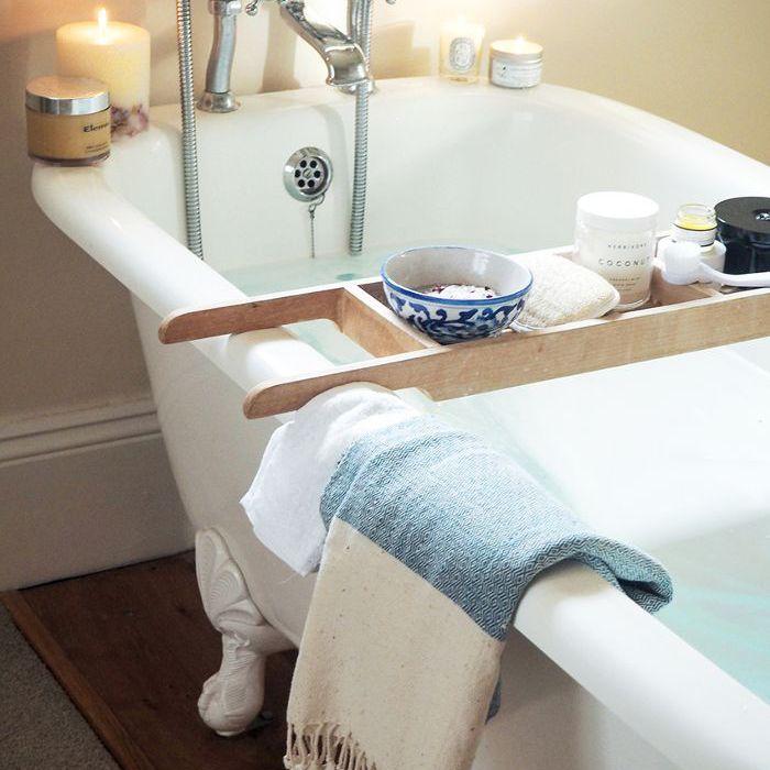 una bañera preparada para un baño
