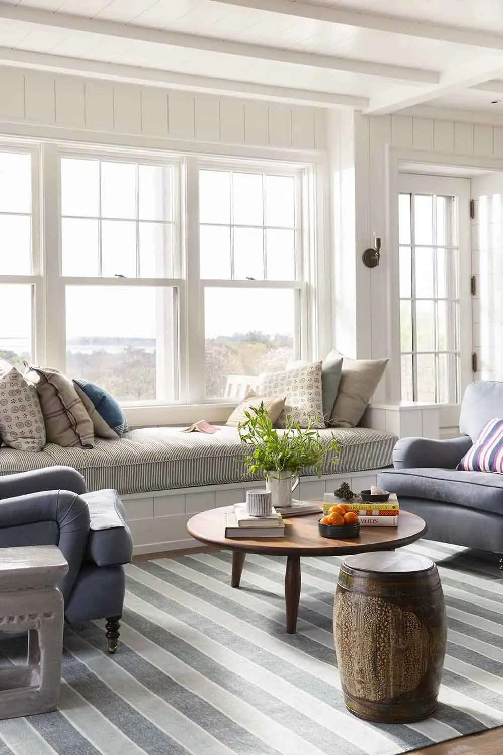 Living room with built-in day bench, round coffee table