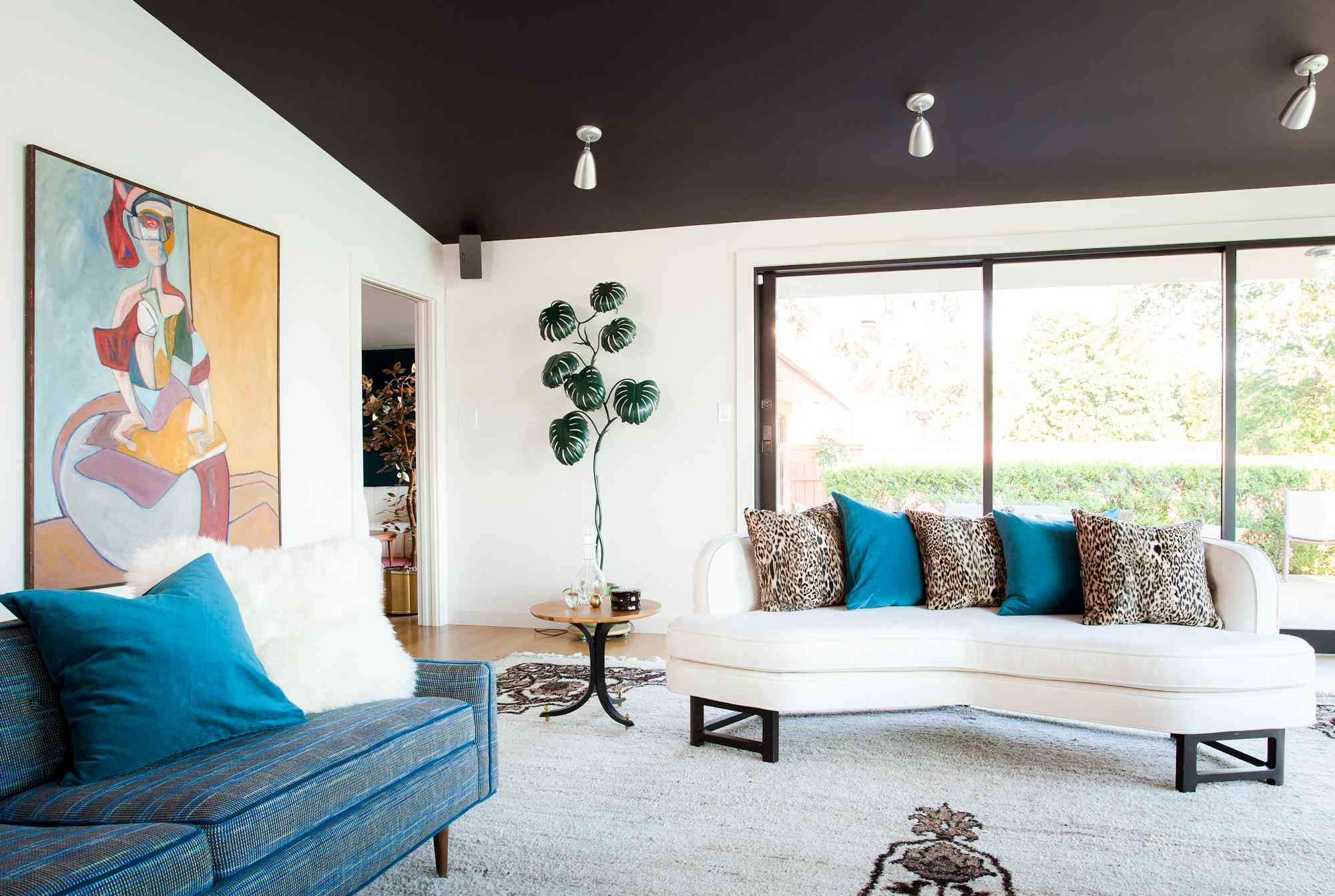 Living room with dark-painted ceiling, midcentury modern décor