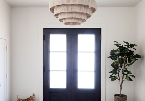 Entryway with a hanging light fixture
