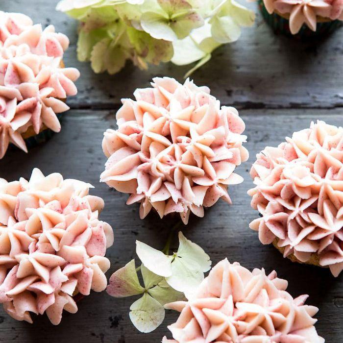 Pastelitos de pastel de zanahoria con flores de hortensia: cosas para hornear cuando estás aburrido