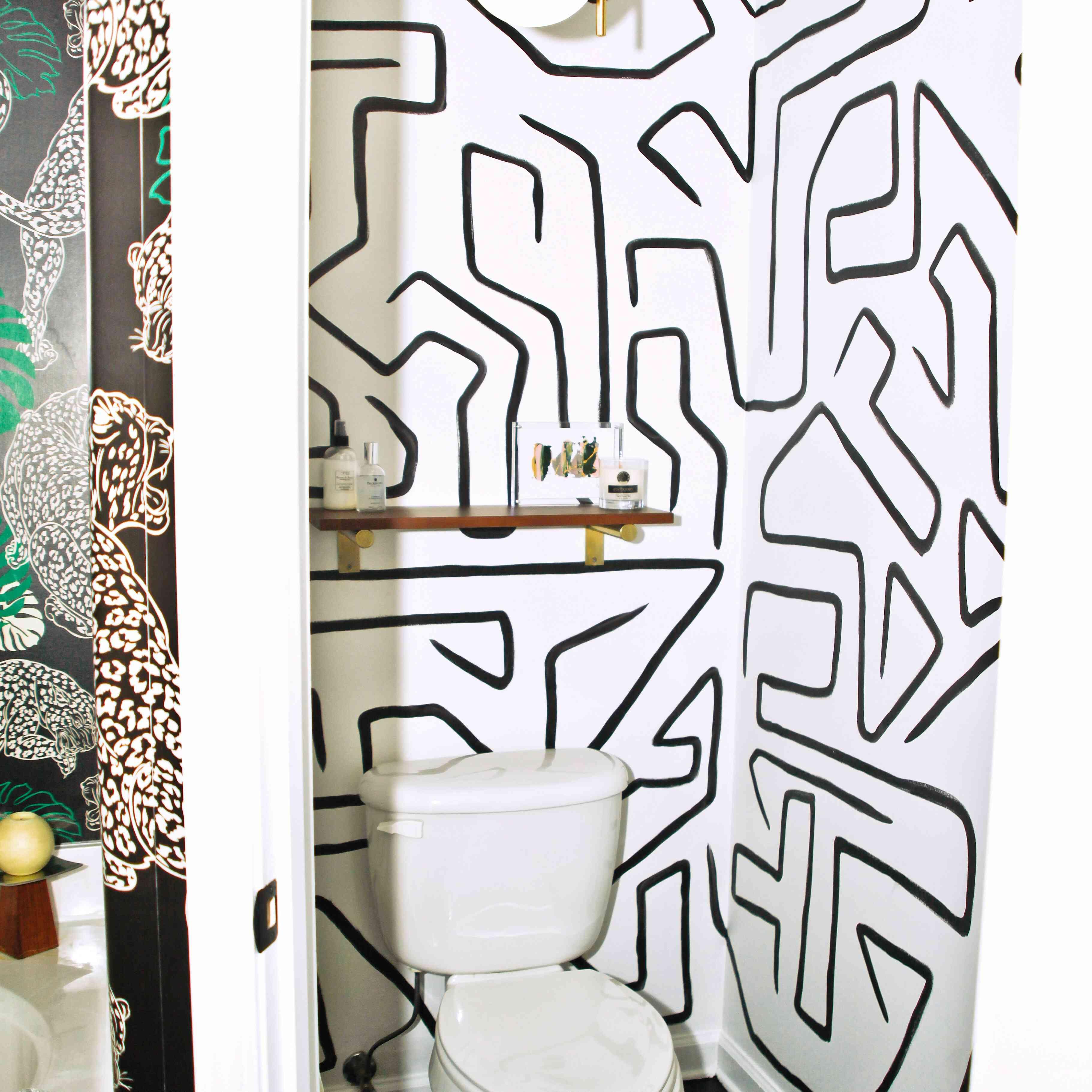 Una habitación que nunca olvidaré: baño con papel tapiz y estante flotante