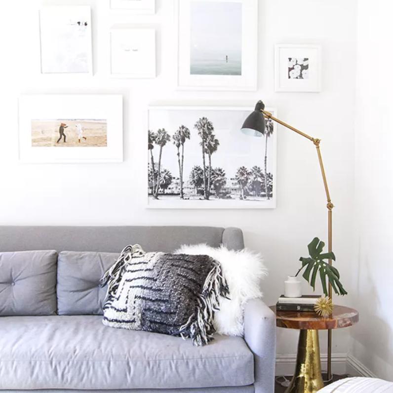 La sala de estar cuenta con una lámpara de pie delgada