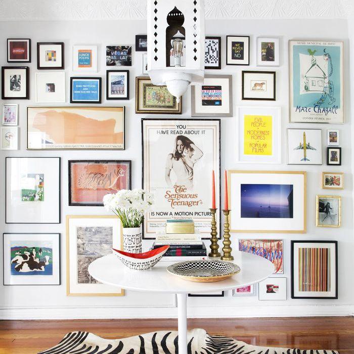 Pared de la galería en una sala de estar maximalista